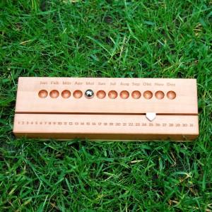 Ewiger Kalender aus Birnen- und Ahornholz